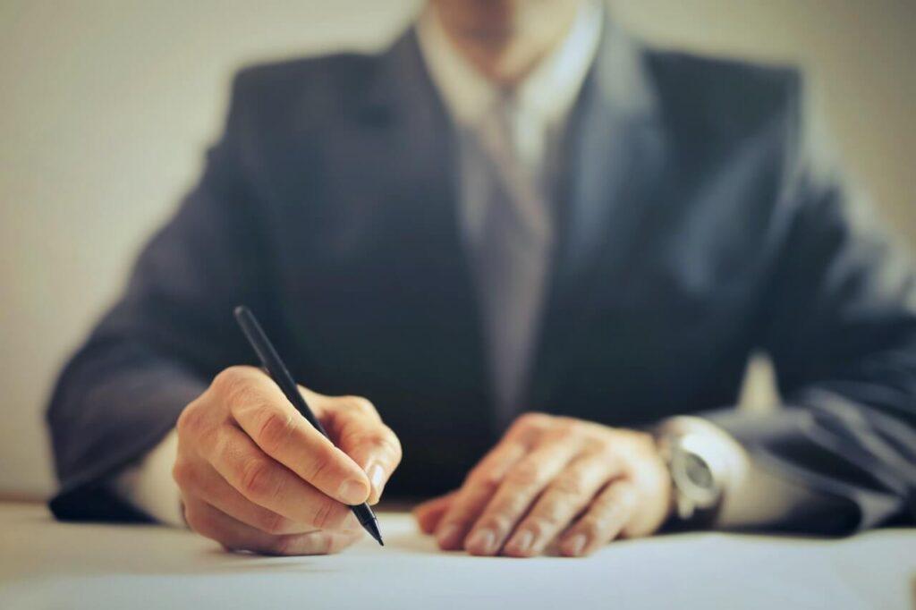Upraw Biznesmen Podpisywania Umowy W Biurze